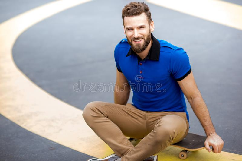 Homem com skate fora foto de stock royalty free