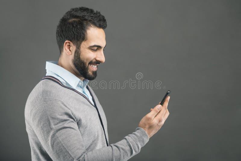 Homem com smartphone imagem de stock