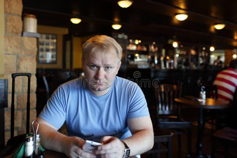 Homem com smartphone imagens de stock royalty free