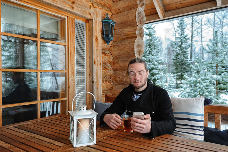 Homem com smartphone e copo do chá fotografia de stock