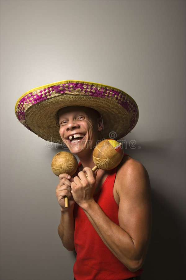 Homem com sombrero e maracas. foto de stock royalty free