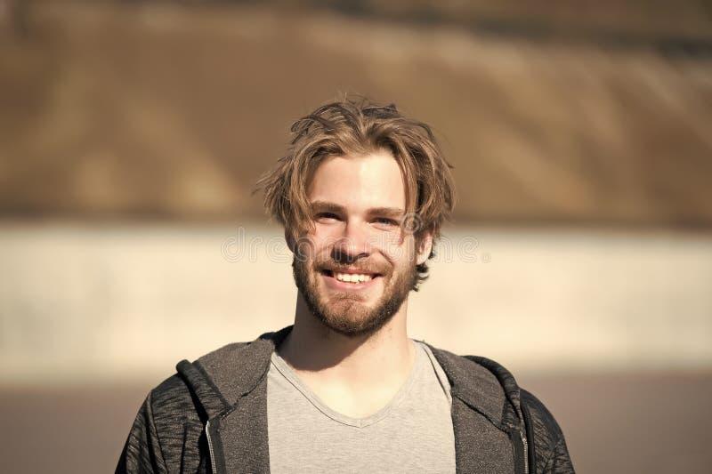 Homem com sorriso feliz do corte de cabelo da cara farpada e do cabelo louro fotos de stock