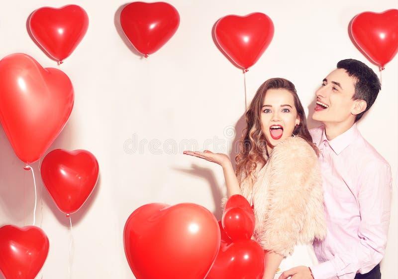 Homem com sua dança bonita da menina do querido e para ter o divertimento no dia de são valentim do amante Valentine Couple Acopl fotos de stock