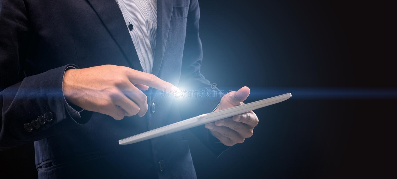 Homem com a tela da tabuleta de toque do dedo do lightng a enrolar foto de stock royalty free