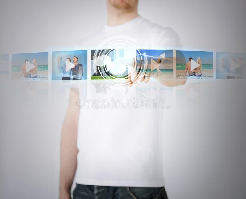 Homem com tela virtual fotografia de stock