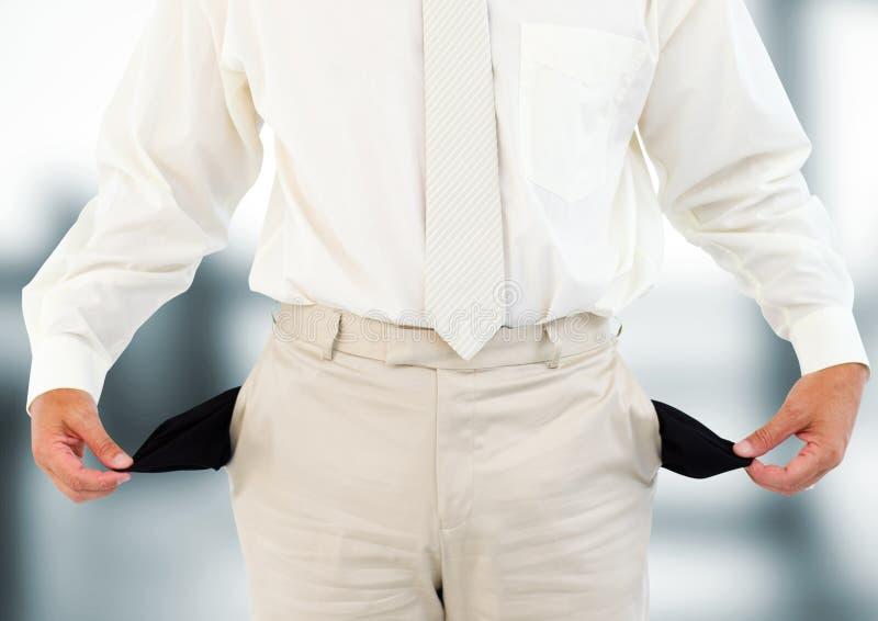 homem com terno branco e com bolsos vazios Fundo borrado fotografia de stock