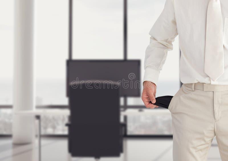 homem com terno branco e com os bolsos vazios no escritório fotografia de stock