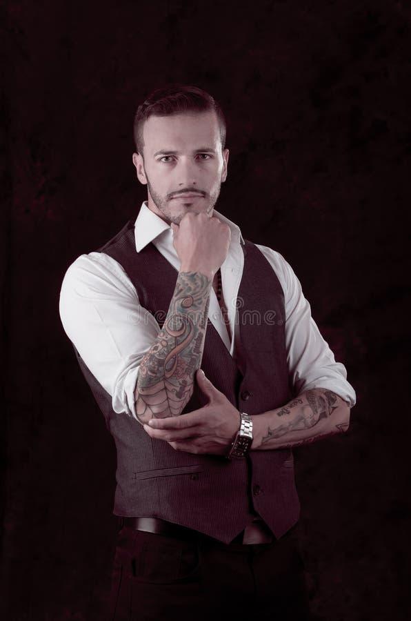 Homem com terno e tatuagens à moda imagem de stock royalty free