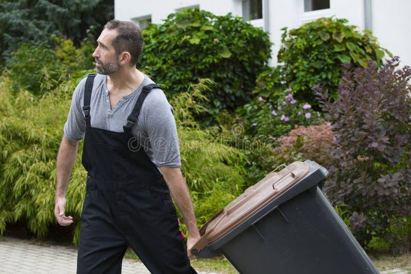 Homem com Trashcan imagens de stock