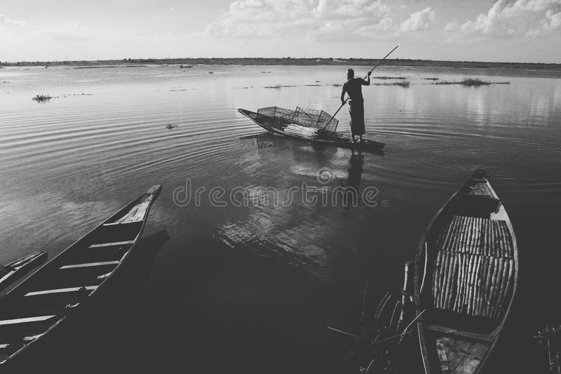 Homem com um barco imagens de stock