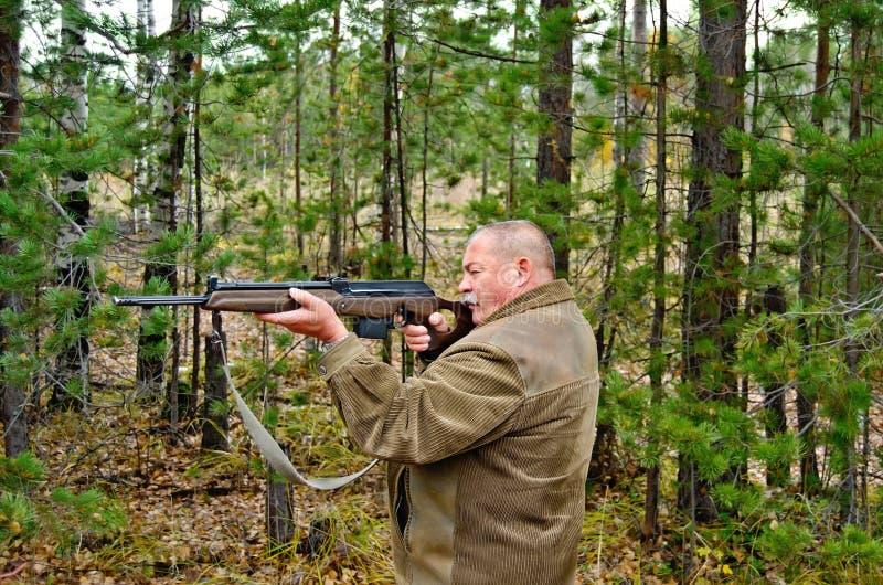 Homem com um carbine fotografia de stock