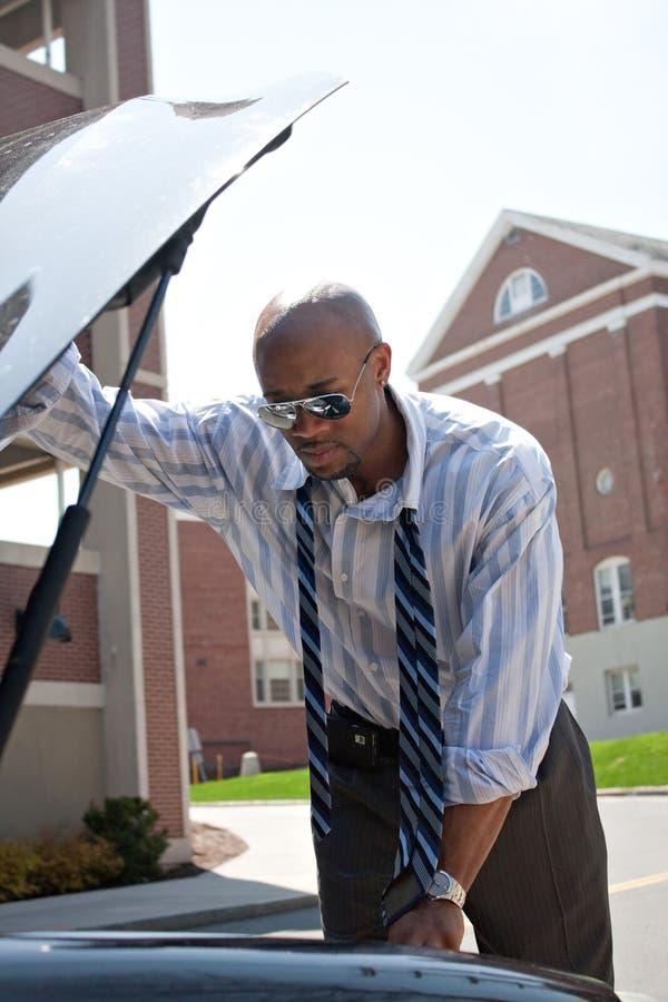 Homem com um carro dividido foto de stock