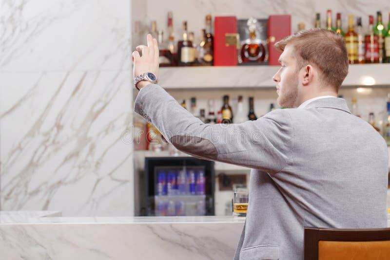 Homem com um cocktail na barra fotos de stock