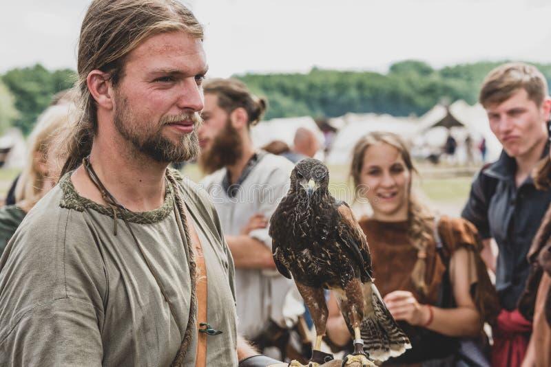 Homem com um falcão em Viking Festival fotos de stock royalty free