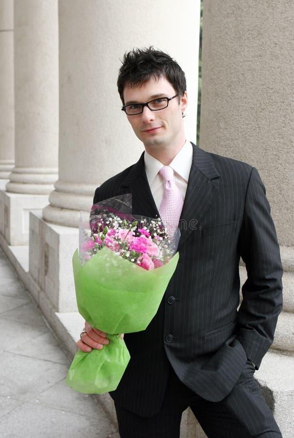 Homem com um grupo de flores. imagem de stock