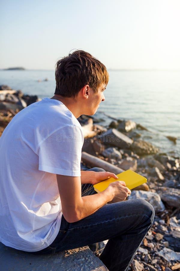 Homem com um livro foto de stock