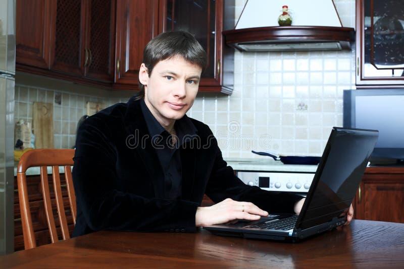 Homem com um portátil imagens de stock