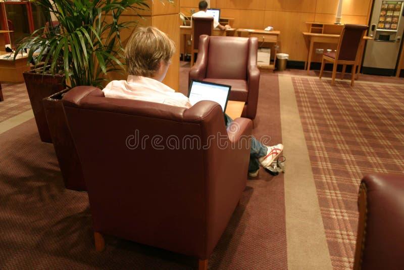 Homem com um portátil fotografia de stock