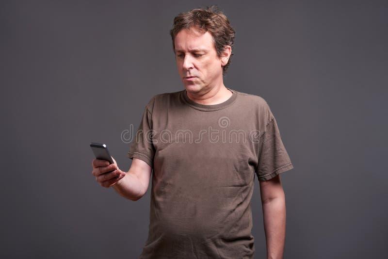 Homem com um smartphone imagens de stock