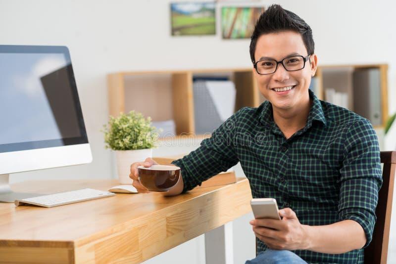 Homem com um telefone celular imagens de stock