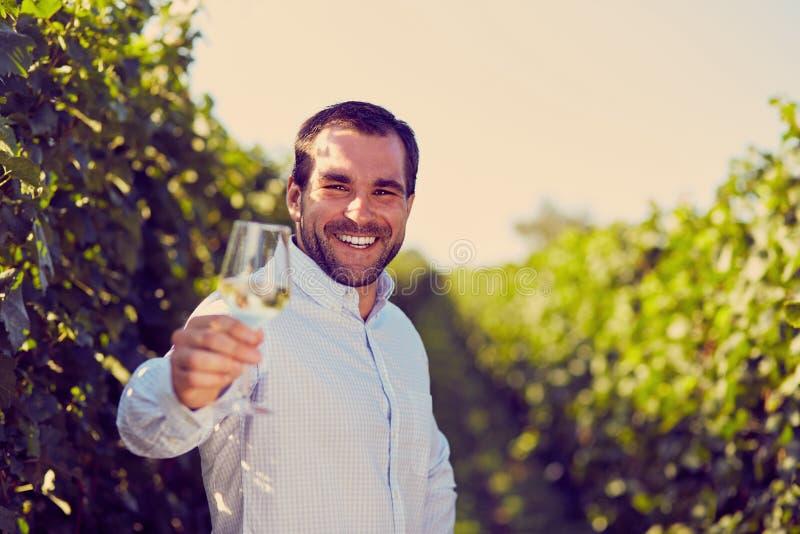 Homem com um vidro do vinho branco imagem de stock