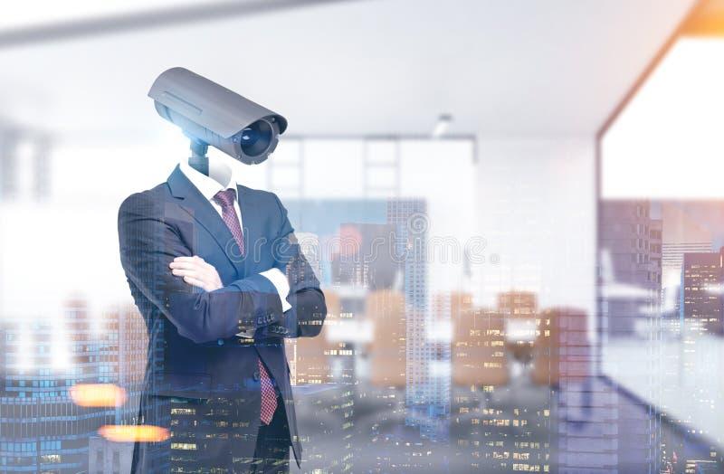 Homem com uma cabeça de câmera do CCTV, escritório imagem de stock royalty free