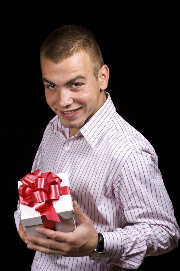Homem com uma caixa de presente envolvida imagem de stock royalty free