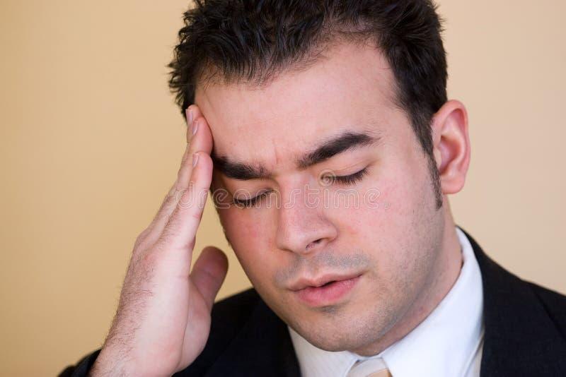 Homem com uma dor de cabeça foto de stock