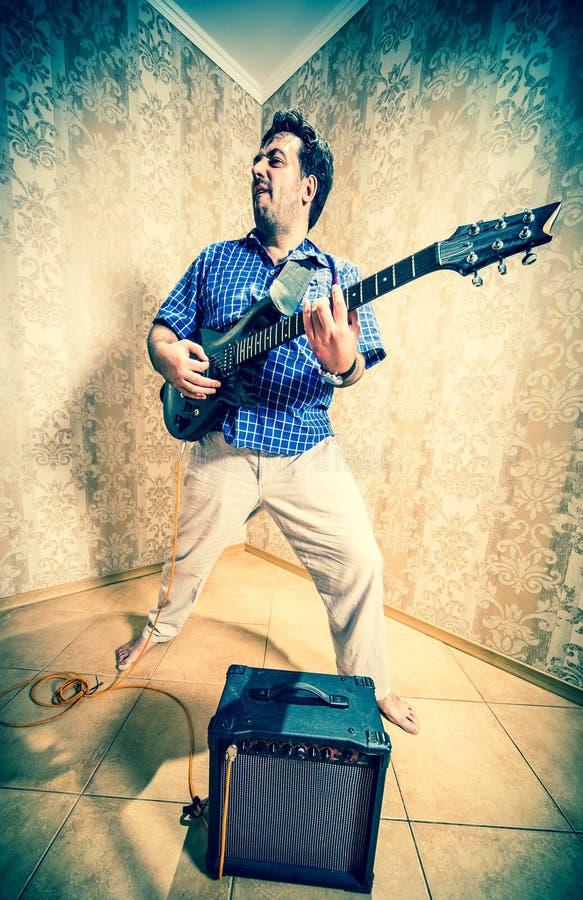 Homem com uma guitarra foto de stock royalty free