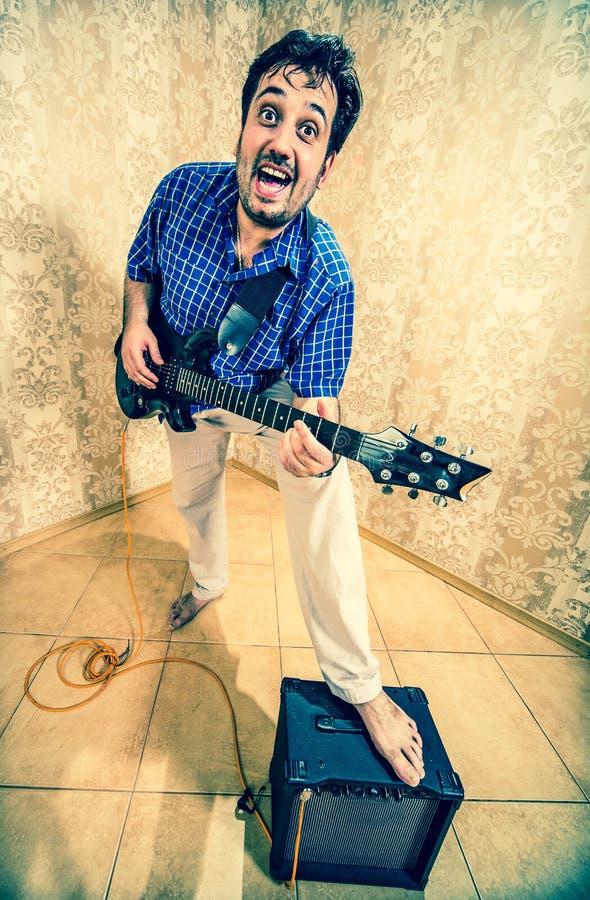 Homem com uma guitarra imagem de stock royalty free