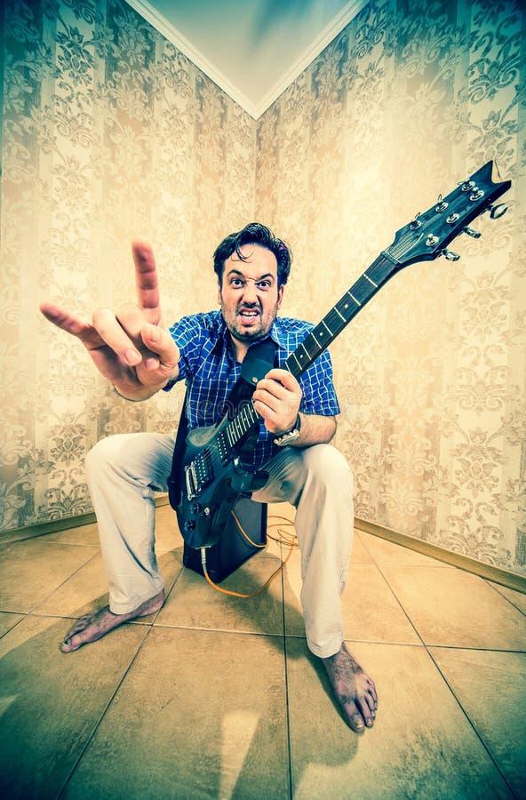 Homem com uma guitarra imagem de stock