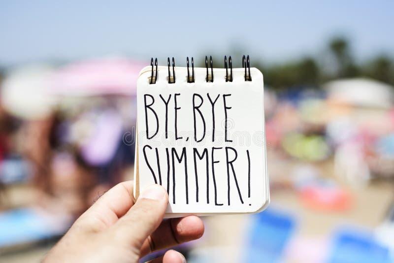 Homem com uma nota com o verão do adeus do texto imagem de stock royalty free