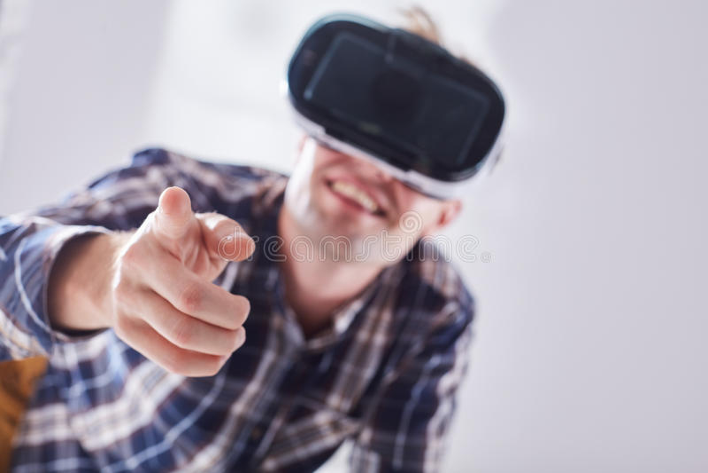 Homem com vidros da realidade virtual fotografia de stock