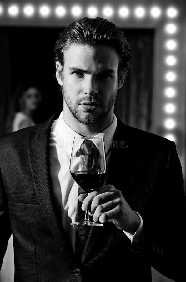 Homem com vinho vidro de vinho da posse do homem, sommelier fotografia de stock royalty free
