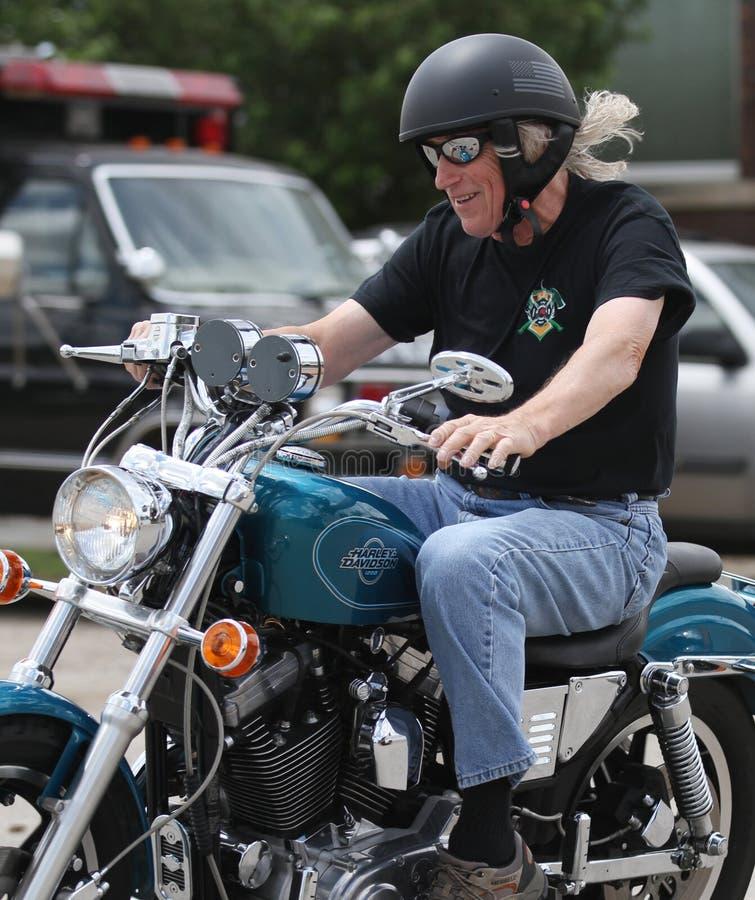 Homem com voo do cabelo em uma motocicleta fotografia de stock royalty free