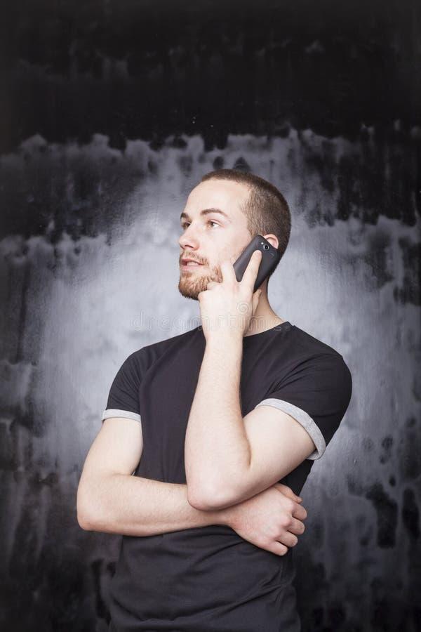 Homem com voz de escuta do smartphone foto de stock