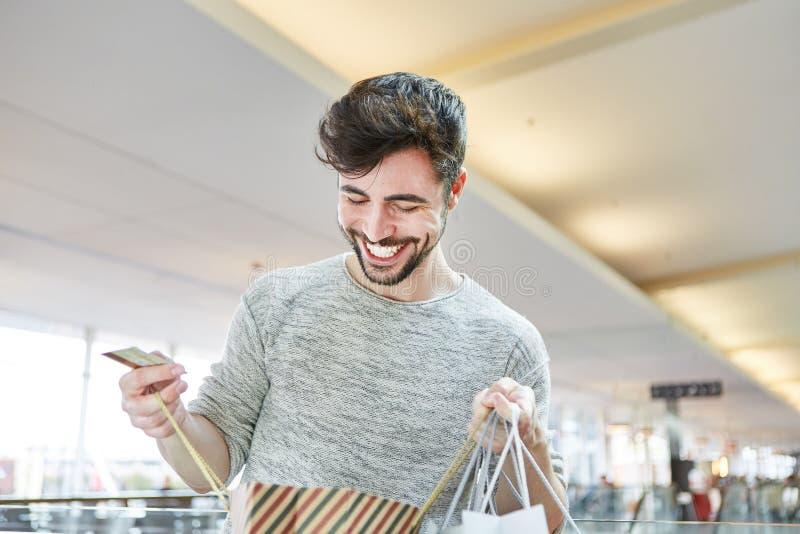 Homem como um comprador quando comprar estiver feliz foto de stock