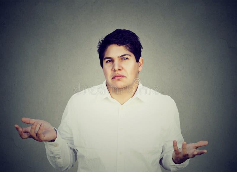 Homem confuso incerto que shrugging ombros fotografia de stock