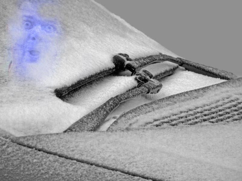 Homem congelado atrás do pára-brisas gelado do carro do inverno fotografia de stock royalty free