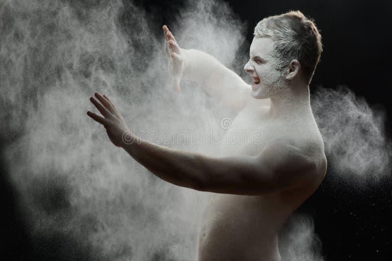 Homem congelado considerável com um pó branco no seu foto de stock