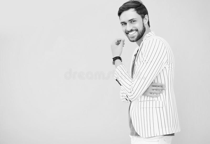 Homem considerável à moda de sorriso no terno na rua imagens de stock