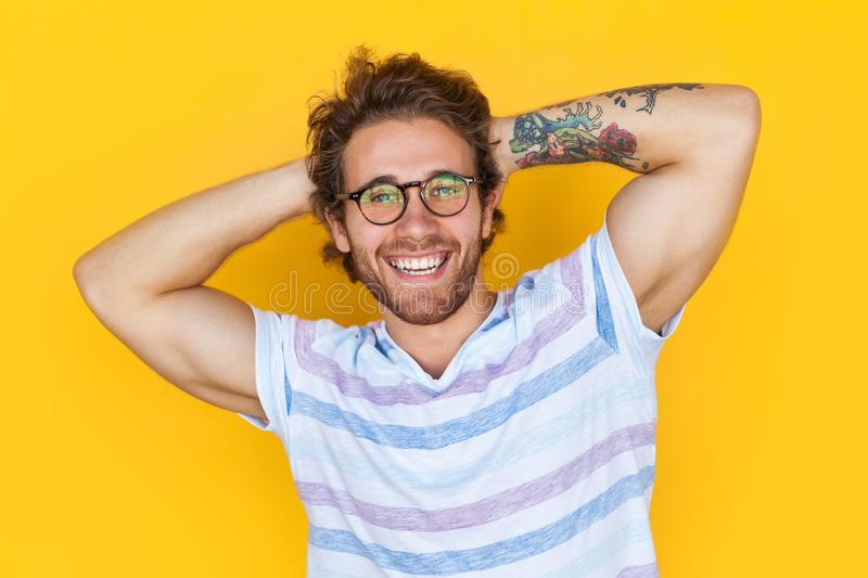 Homem considerável alegre com braço tattooed imagens de stock royalty free