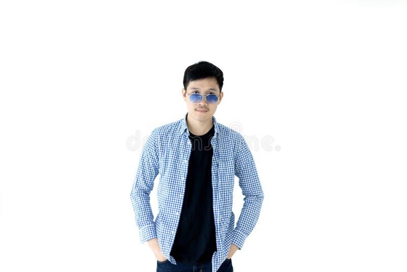 Homem considerável asiático com a camisa azul de scott, a camisa preta e e azul fotos de stock