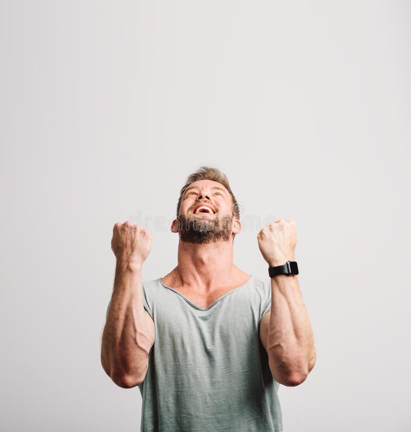 Homem considerável bem sucedido feliz que comemora fotos de stock royalty free