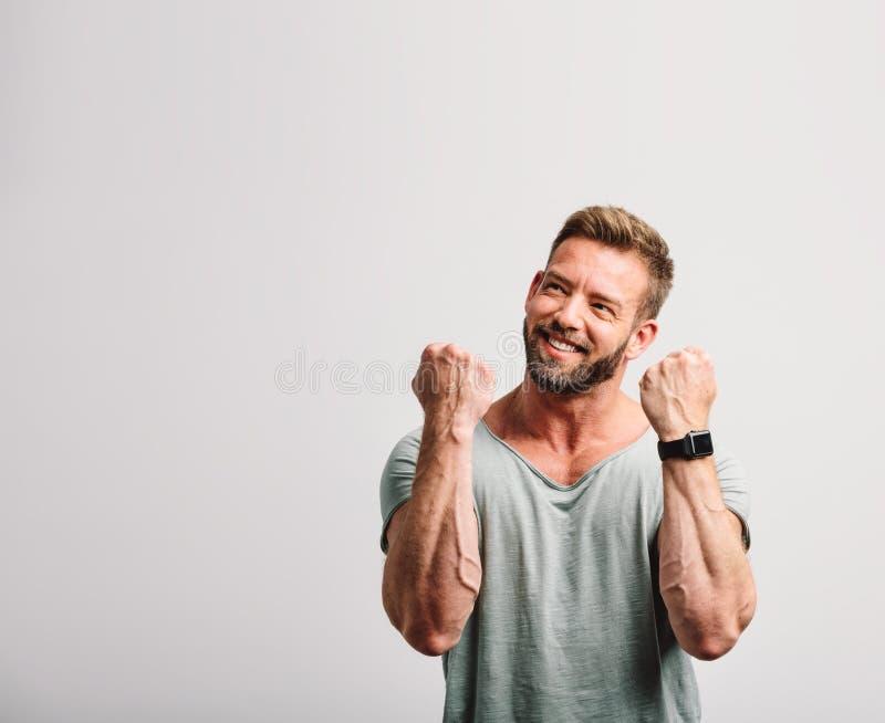 Homem considerável bem sucedido feliz que comemora imagens de stock