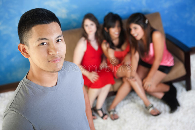 Homem considerável com amigas imagens de stock