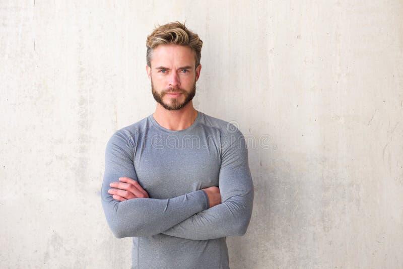 Homem considerável com a barba com os braços cruzados fotografia de stock