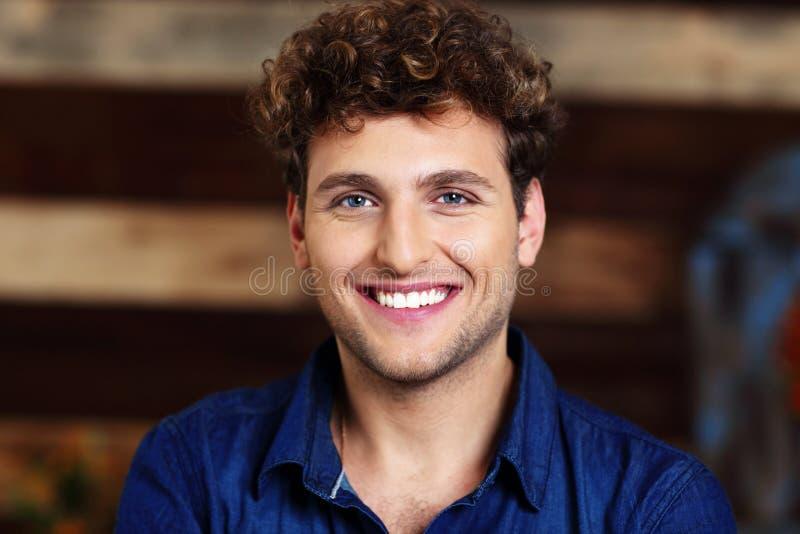 Homem considerável com cabelo curly fotos de stock