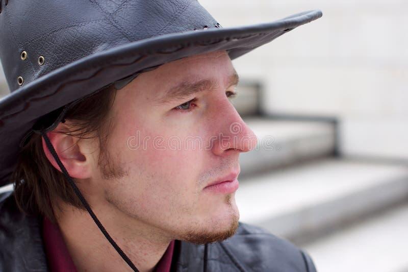 Homem considerável com o chapéu da barba e de cowboy foto de stock