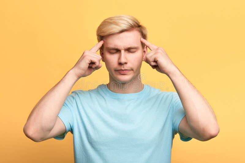 Homem considerável com os olhos fechados, sofrendo da dor de cabeça severa imagens de stock royalty free